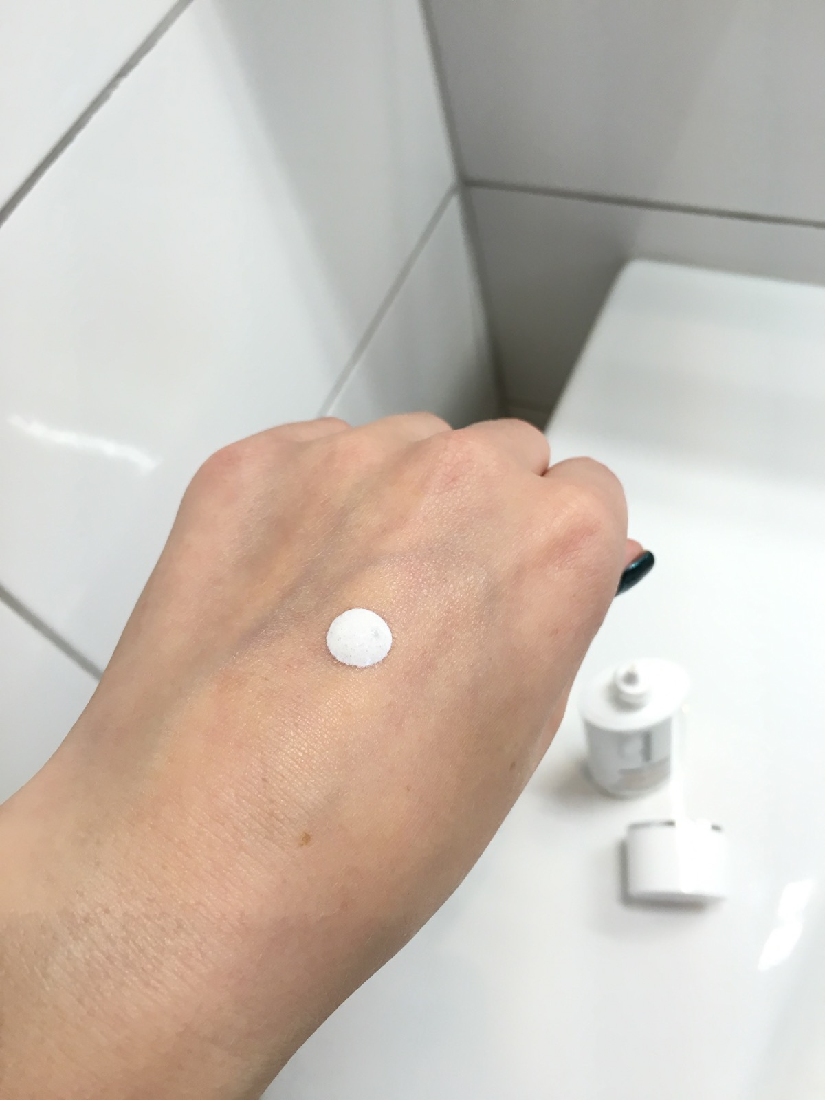 bareMinerals Prep Step Mineral Primer SPF50 dot on hand|skonhetssnack.se