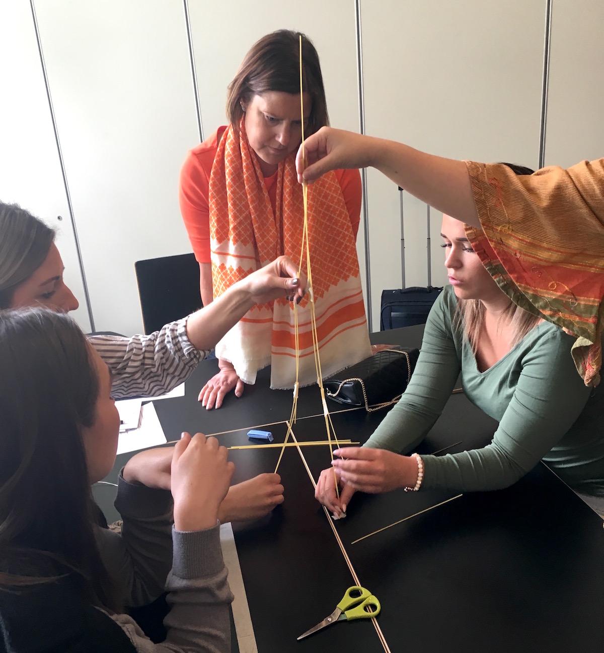 tjejer gör torn i Ystad med Hudoteket
