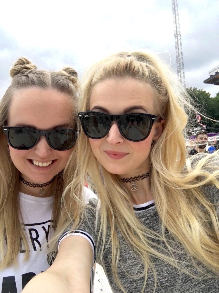 Andrea Olofsson & Sofia Olofsson på festival, skönhetssnack.se